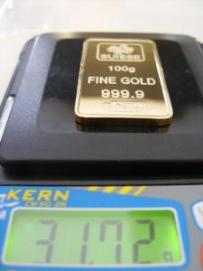 Gefälschter 100g Goldbarren auf Waage